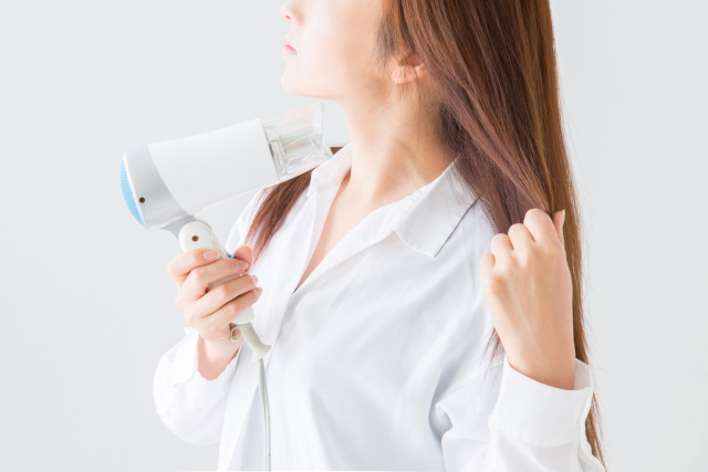 髪の毛の乾燥や広がりを防ぐシャンプーの仕方とドライヤーのかけ方