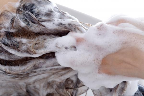 髪の毛の乾燥や広がりを抑えるシャンプーの仕方